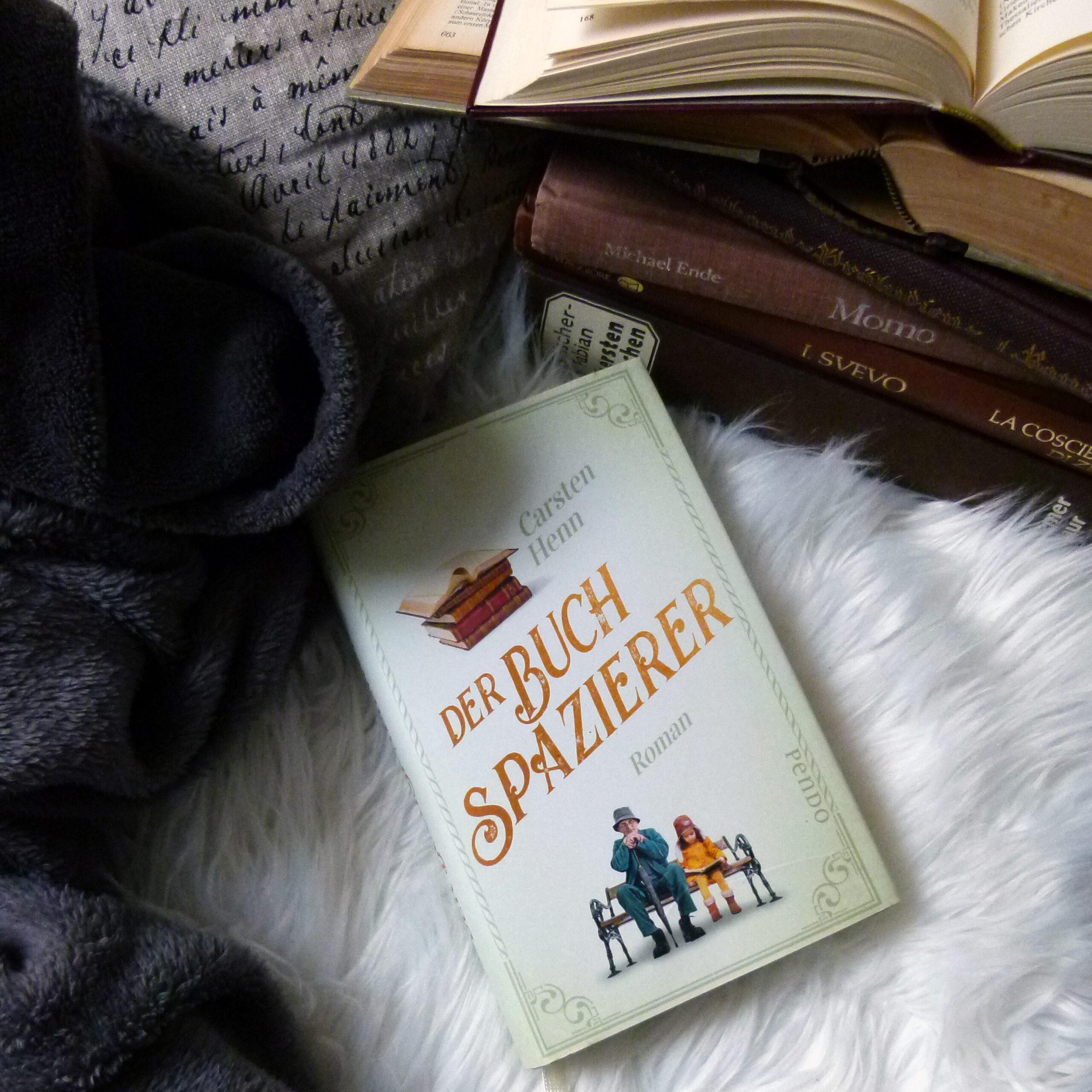 Buch mit hellgrünem Cover: im unteren Bereich ist ein alter Mann mit Gehstock neben einem jungen Mädchen in gelber Jacke auf einer Parkbank abgebildet; im oberen Bereich des Cover ist ein Bücherstapel mit alten, in Leder gebundenen Büchern abgebildet. in der Mitte steht in orangefarbener Schrift